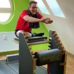 Ein Mitglied trainiert am five Gerät