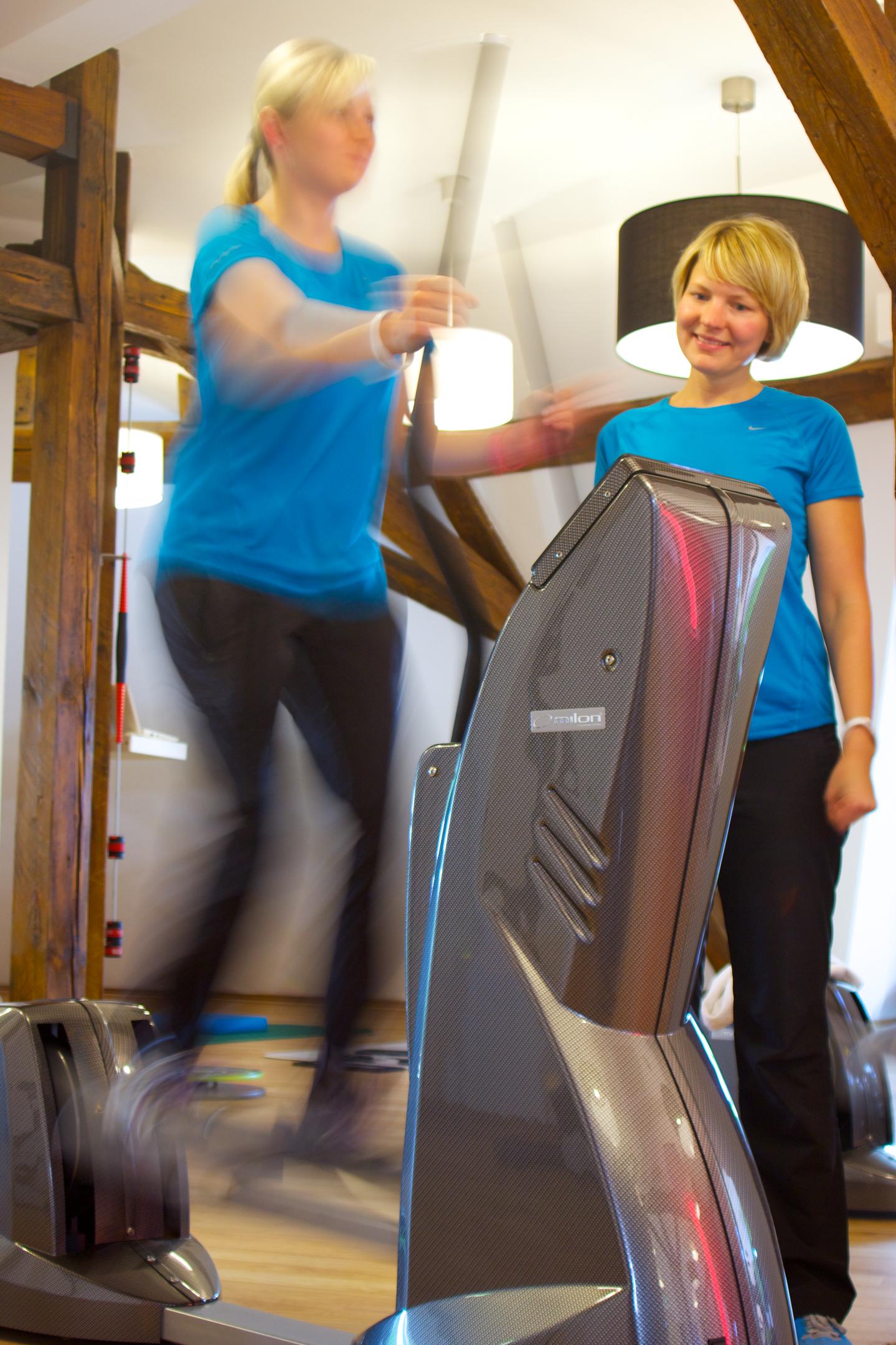 Ein Mitglied trainiert an einem milon Gerät bei Physio Aktiv Erfurt